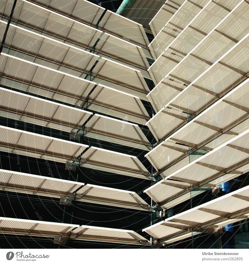 Sonnenschutz Sommer Haus Hochhaus Flughafen Bauwerk Gebäude Architektur Fassade Fenster Wetterschutz Glas Metall hell modern Präzision Schutz Markise