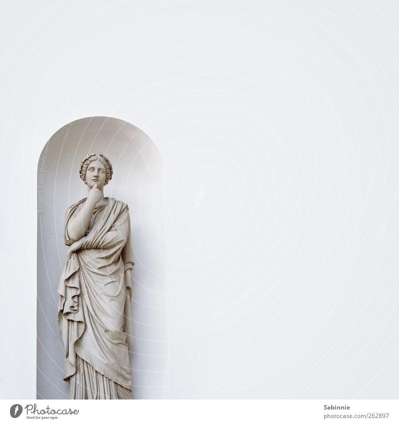 Nachdenklich Skulptur Architektur Statue Figur Bekleidung Kleid Umhang Falte Faltenwurf Kranz Stein träumen grau weiß Denken nachdenklich Gesicht Wand Mauer