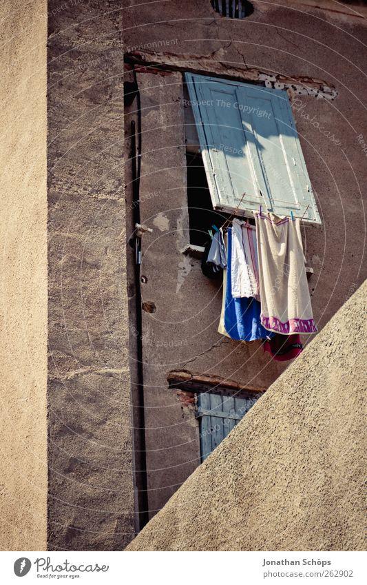 Narbonne VI alt Stadt Sommer Haus ruhig Fenster Wand Mauer Fassade Häusliches Leben Ecke Dorf Putz Frankreich Wäsche trocknen