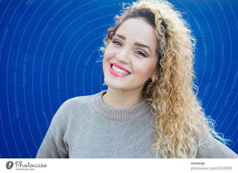 Porträt einer lächelnden jungen Frau Lifestyle Freude schön Wellness Leben Mensch Junge Frau Jugendliche Erwachsene 1 Piercing Ohrringe Haare & Frisuren Locken