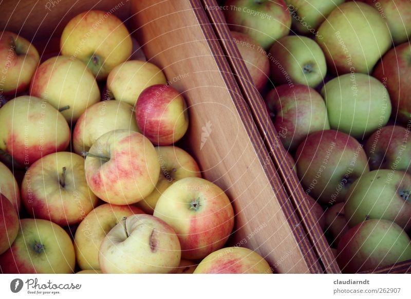 An apple a day... Frucht Apfel Ernährung Bioprodukte Vegetarische Ernährung frisch lecker saftig grün rot Gesundheit Kiste Marktstand Obst- oder Gemüsestand