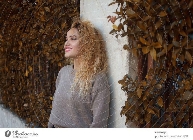 Porträt einer jungen Frau im Freien Lifestyle Freude schön Tourismus Junge Frau Jugendliche 1 Mensch Natur Pflanze Kleinstadt Stadt Mauer Wand Locken beobachten