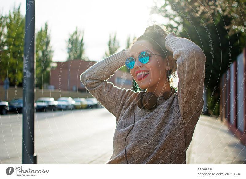 junge Frau, die sich auf der Straße vergnügt Lifestyle Freude Sport Junge Frau Jugendliche 1 Mensch Musik Musik hören Kopfhörer Garten Park Accessoire