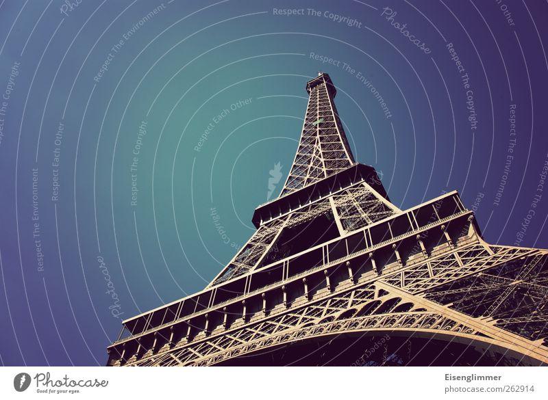 Eiffelturm im Mai Paris Frankreich Europa Tour d'Eiffel alt ästhetisch Eisen Stahlkonstruktion Himmel blau Blauer Himmel Farbfoto Außenaufnahme Menschenleer