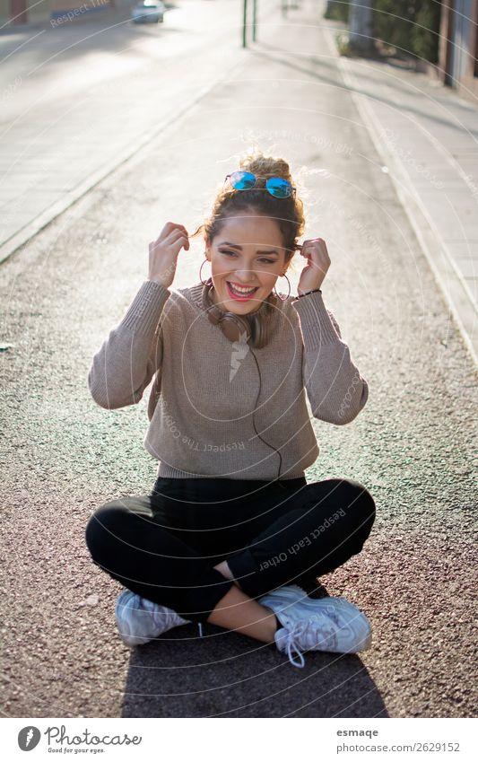 Fröhliche junge Frau auf der Straße Lifestyle Freude Leben Junge Frau Jugendliche 1 Mensch Musik Musik hören Dorf Kleinstadt Lächeln lachen Freundlichkeit