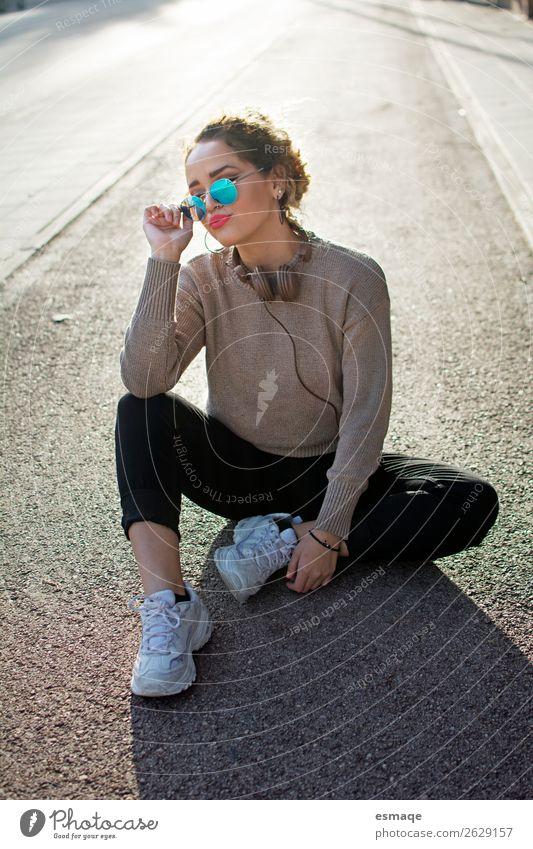 Junge Frau un Straße mit Hesdphones und Sonnenbrille Lifestyle kaufen Reichtum Stil Design Freude Musik feminin Jugendliche Erwachsene 1 Mensch 13-18 Jahre