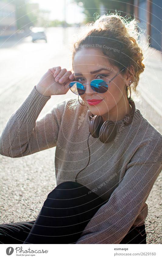 Junge Frau mit Sonnenbrille und Kopfhörer Lifestyle Freude schön Ferien & Urlaub & Reisen Abenteuer Mensch Jugendliche Musik Musik hören Dorf Stadt Lächeln