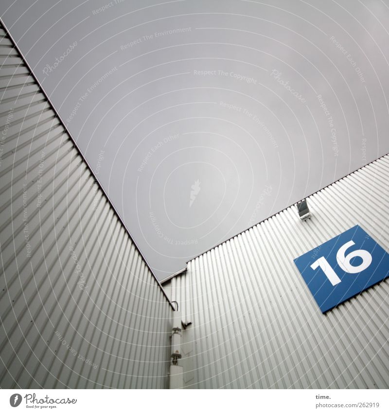 Steckelement 16 blau weiß kalt Wand Architektur grau Mauer Gebäude Lampe Metall Beleuchtung Fassade Schilder & Markierungen hoch Ziffern & Zahlen Bauwerk
