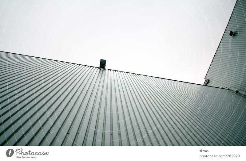 In The Cage Menschenleer Bauwerk Gebäude Architektur Mauer Wand Fassade Lampe Beleuchtung Scheinwerfer Metall gigantisch hoch kalt grau Handel Farbfoto
