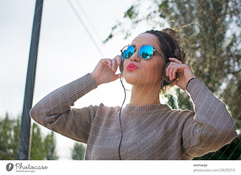 Junge Frau beim Musikhören Lifestyle Freude schön Gesundheit Fitness Sport-Training Kopfhörer Jugendliche Erwachsene Musik hören Natur Pflanze Piercing Ohrringe
