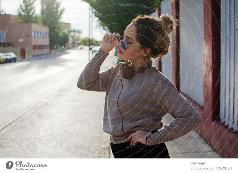 junges Mädchen mit Sonnenbrille und Kopfhörer Lifestyle Freude Gesundheit Fitness Ferien & Urlaub & Reisen Tourismus feminin Junge Frau Jugendliche 1 Mensch