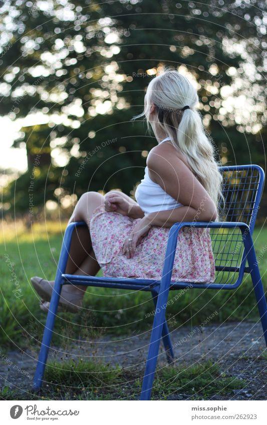 sterne gucken. Haare & Frisuren feminin Junge Frau Jugendliche Leben Körper Sommer Wiese Rock blond genießen Blick sitzen warten Glück blau grün Zufriedenheit