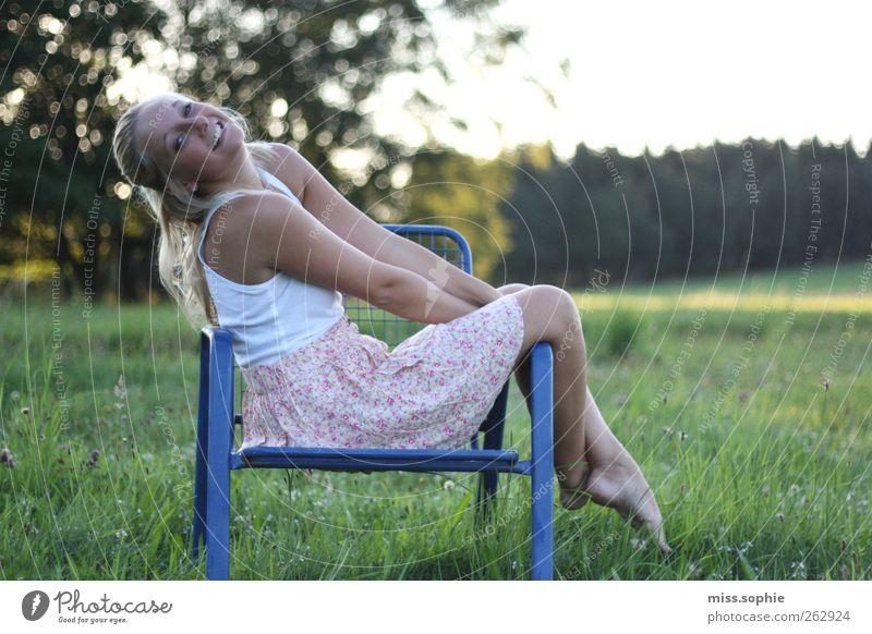 genießerin. Jugendliche blau schön Sonne Sommer Erholung Wiese Glück Junge Frau Körper Zufriedenheit blond Freizeit & Hobby Fröhlichkeit leuchten Warmherzigkeit