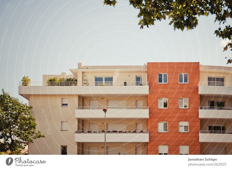Narbonne IX Stadt Baum Sonne Sommer Haus Fenster Architektur Wärme Gebäude orange Fassade Häusliches Leben Klarheit einfach Bauwerk Balkon
