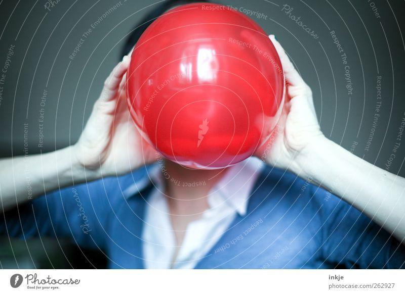 aufpusten Mensch Hand rot Freude Leben Spielen Gefühle Stimmung Feste & Feiern Freizeit & Hobby glänzend Arme Geburtstag groß Fröhlichkeit Luftballon