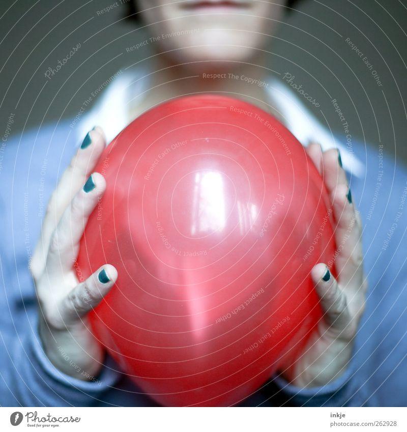 Luftballon Mensch Hand rot Freude Leben Spielen Gefühle Stimmung Feste & Feiern Freizeit & Hobby glänzend Geburtstag Fröhlichkeit rund festhalten