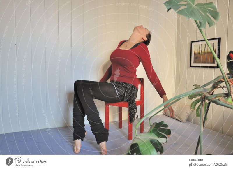 alles gute von oben? Mensch Frau Erwachsene feminin Gesundheit Körper sitzen verrückt Körperhaltung dünn Yoga beweglich 30-45 Jahre unbequem Zimmerecke