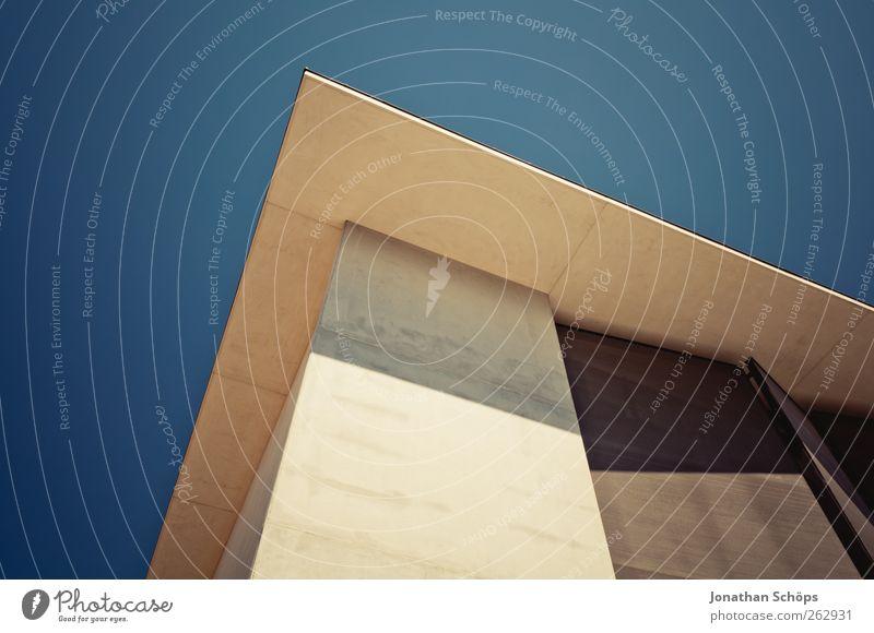 Narbonne X Schönes Wetter Stadt Stadtzentrum Bauwerk Gebäude Architektur ästhetisch Ordnung modern Spitze Ecke Geometrie Strukturen & Formen Wolkenloser Himmel