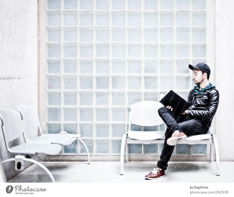 dear reader Lifestyle Stil Mensch maskulin Junger Mann Jugendliche 1 18-30 Jahre Erwachsene Mauer Wand Lederjacke Basecap Bart Stuhlgruppe lesen sitzen lernen