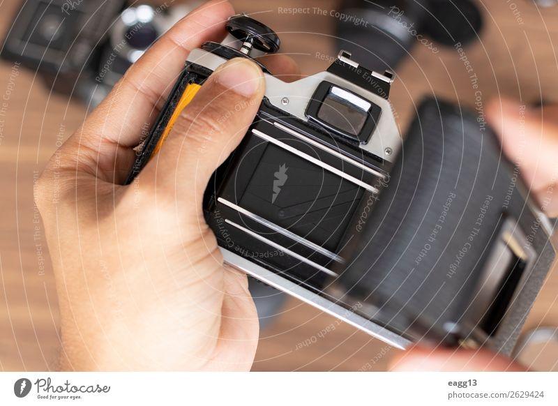 Einlegen der fotografischen Rolle in einen Kamerafilm Entertainment Arbeit & Erwerbstätigkeit Bildschirm Fotokamera Technik & Technologie Mensch Kunst Medien