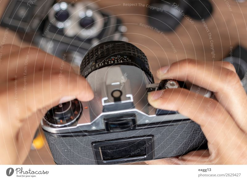 Manipulation eines fotografischen Kamerafilms Freizeit & Hobby Bildschirm Fotokamera Technik & Technologie Hand Finger Kunst alt modern retro schwarz