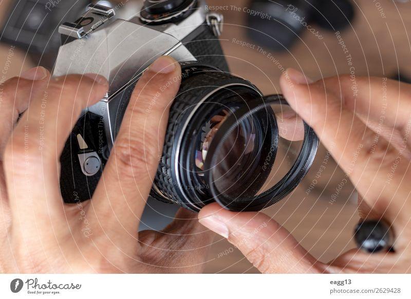 Einlegen eines filtrierenden fotografischen Kamerafilms Lifestyle Stil Fotokamera Technik & Technologie Auge Platz alt modern retro schwarz Kreativität blitzen