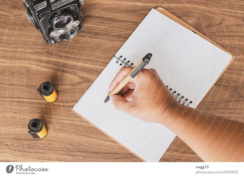 Notizen von Fotos auf dem Schreibtisch machen Lifestyle Stil Freizeit & Hobby Ferien & Urlaub & Reisen Arbeit & Erwerbstätigkeit Fotokamera Hand Musiknoten alt