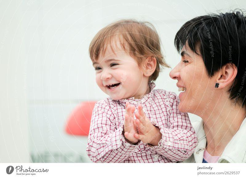 Die Frau und ihre süße kleine Tochter umarmen sich. Lifestyle Freude Glück schön Spielen Kind Mensch feminin Baby Mädchen Erwachsene Mutter