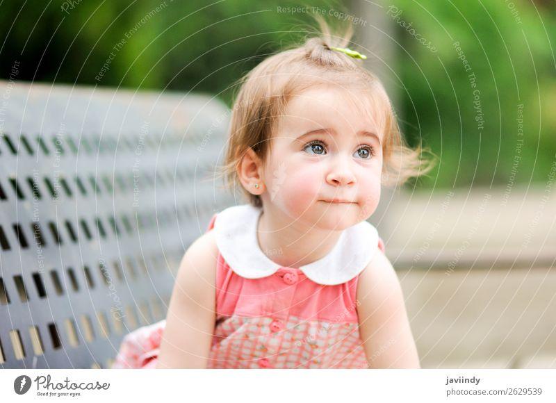 Liebenswertes kleines Mädchen, das in einem Stadtpark spielt. Lifestyle Freude Glück schön Freizeit & Hobby Spielen Sommer Kind Mensch Baby Frau Erwachsene