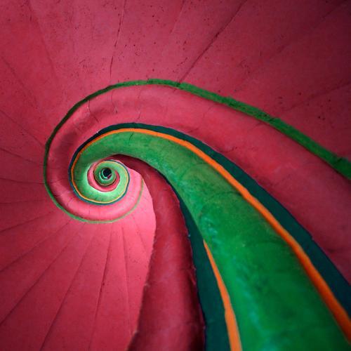Schneckenhaus grün Farbe Architektur Stil Linie Innenarchitektur rosa hoch Treppe außergewöhnlich ästhetisch verrückt rund Unendlichkeit Treppenhaus aufwärts