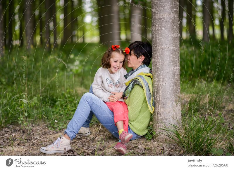 Frau Kind Mensch Natur weiß Blume Freude Mädchen Lifestyle Erwachsene Liebe feminin Gefühle Familie & Verwandtschaft Gras klein