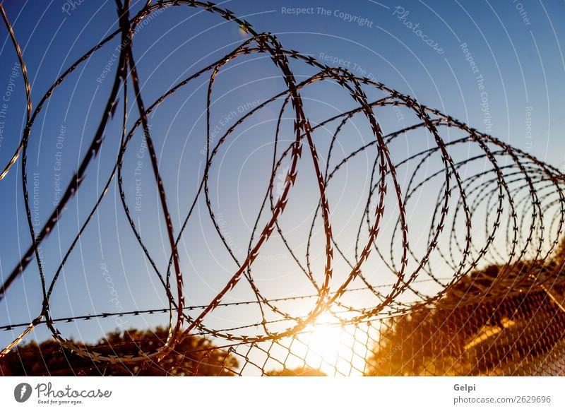 Zaun mit Stacheldraht Freiheit Camping Himmel Metall Stahl Rost Linie blau schwarz weiß Sicherheit Schutz Geborgenheit gefährlich Krieg Draht