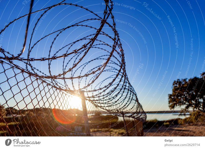 Himmel blau weiß schwarz Freiheit Linie Metall gefährlich Schutz Sicherheit Symbole & Metaphern Zaun Rost Barriere Stahl Geborgenheit