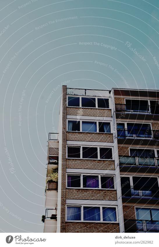 House Stadt Hauptstadt Stadtzentrum Skyline Haus Hochhaus Aggression gigantisch Billig blau grau silber Farbfoto Gedeckte Farben Außenaufnahme Polaroid