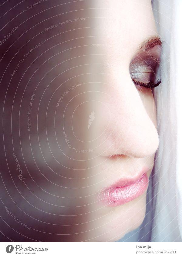 in himmlischer ruh Frau Jugendliche blau schön Erholung Junge Frau Gesicht Erwachsene Auge Tod feminin Traurigkeit träumen rosa authentisch Mund