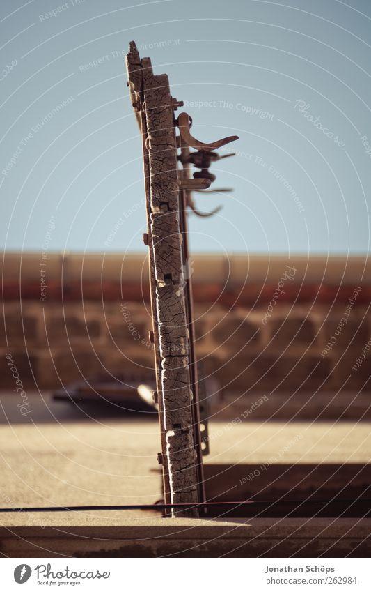 Narbonne XII alt Stadt Sommer Haus Fenster Holz Metall Linie offen Fassade Häusliches Leben Dorf aufwärts Frankreich Holzbrett Geometrie