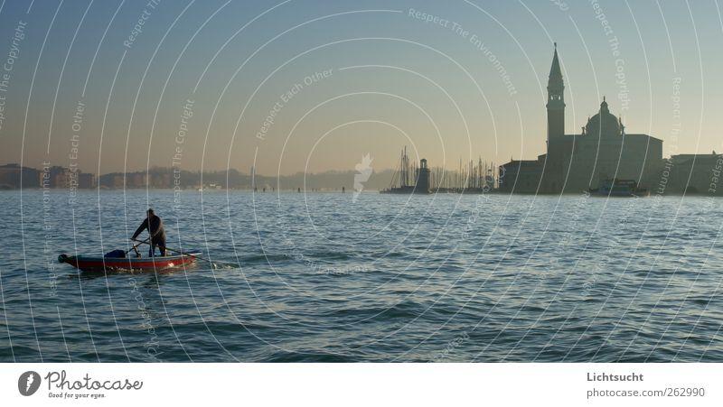 San Giorgio im Morgendunst Rudern Ferien & Urlaub & Reisen Tourismus Wasserfahrzeug Lagune Ruderer Mann Erwachsene 1 Mensch Wolkenloser Himmel Wellen Venedig