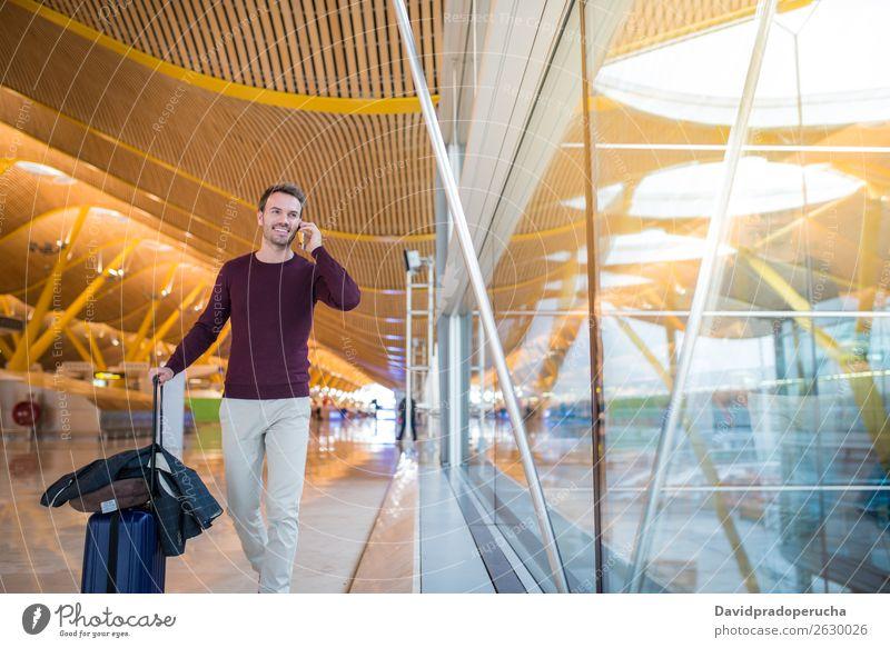 Man Front Walking am Flughafen mit dem Handy Mann Vorderseite Gepäck laufen Ferien & Urlaub & Reisen Tasche Koffer Business ziehend Mensch Reisender Jugendliche