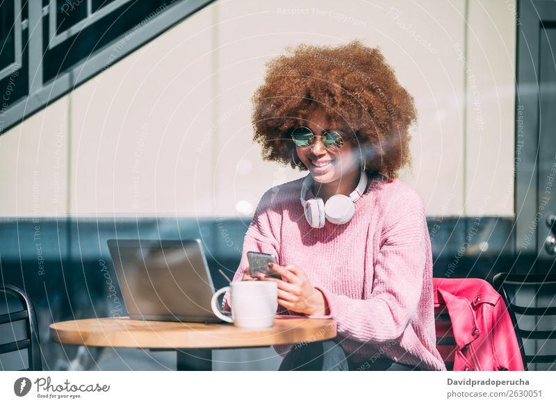 Gemischte Rennfrau in einem Café mit Handy Frau gemischt Erwachsene schwarz Afroamerikaner Afrikanisch Lifestyle Amerikaner Mobile Telefon PDA Mitteilung
