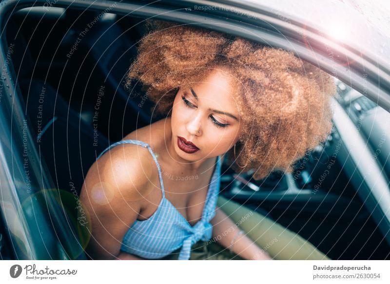 Gemischte Rassenfrau, die in einem Auto sitzt. Frau Lächeln gemischt Porträt schwarz Lifestyle multiethnisch Verkehr PKW sitzen Ferien & Urlaub & Reisen Fahrer