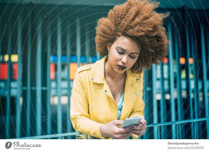 Gemischte Rassenfrau im Sitzen und auf dem Handy Frau Lächeln gemischt Porträt schwarz Mobile Telefon PDA Technik & Technologie Mitteilung Internet Lifestyle