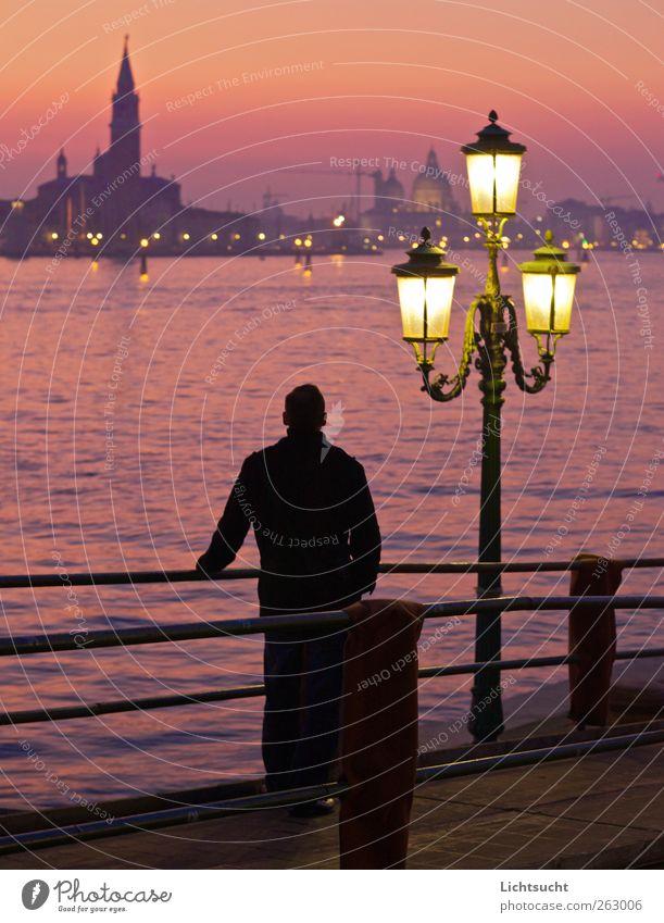 Januarromantik Mensch Mann Wasser schön rot Ferien & Urlaub & Reisen Meer ruhig Erwachsene Architektur gold rosa Tourismus Kirche Europa Kultur