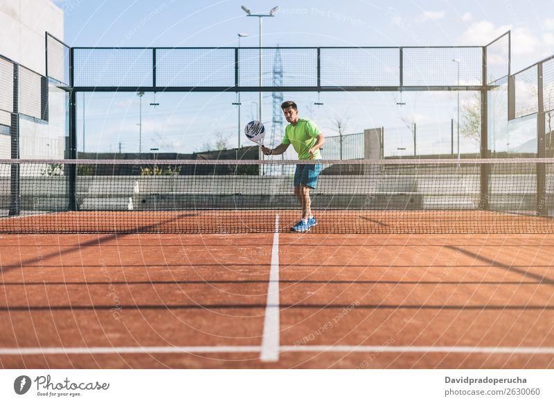 Sportler beim Padelspiel Glas Gerichtsgebäude Freude Freizeit & Hobby Außenaufnahme zusammenpassen Paddel Turnier Wegsehen Padel-Tennis Spielen Fürsorge