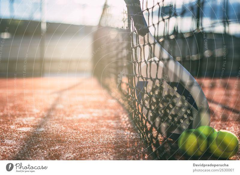 Padel-Klingenschläger, der auf dem Netz ruht. Remmidemmi Tennisnetz Kufe Klingenpaddel Gerichtsgebäude Freizeit & Hobby Nahaufnahme Außenaufnahme zusammenpassen