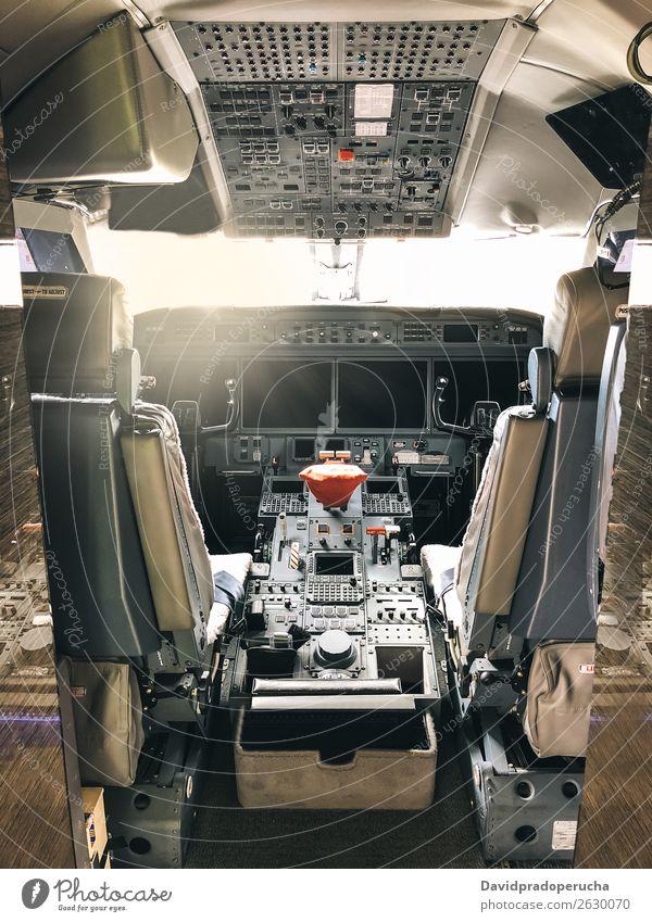 Innenraum einer Pilot-Cockpit-Kabine Privatjet Flugdeck Innenarchitektur Düsenflugzeug privat Bildschirm Reichtum Luftverkehr Sitz Technik & Technologie Knöpfe