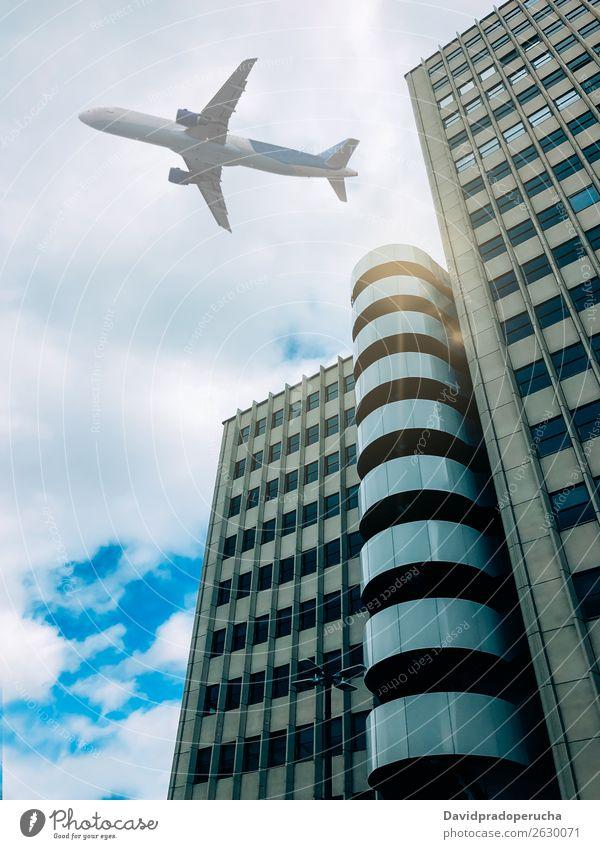 Flugzeug fliegt über das Gebäude Himmel Fluggerät Luftverkehr fliegen Großstadt Tower (Luftfahrt) Flughafen Fliege von unten Architektur Turm Abheben