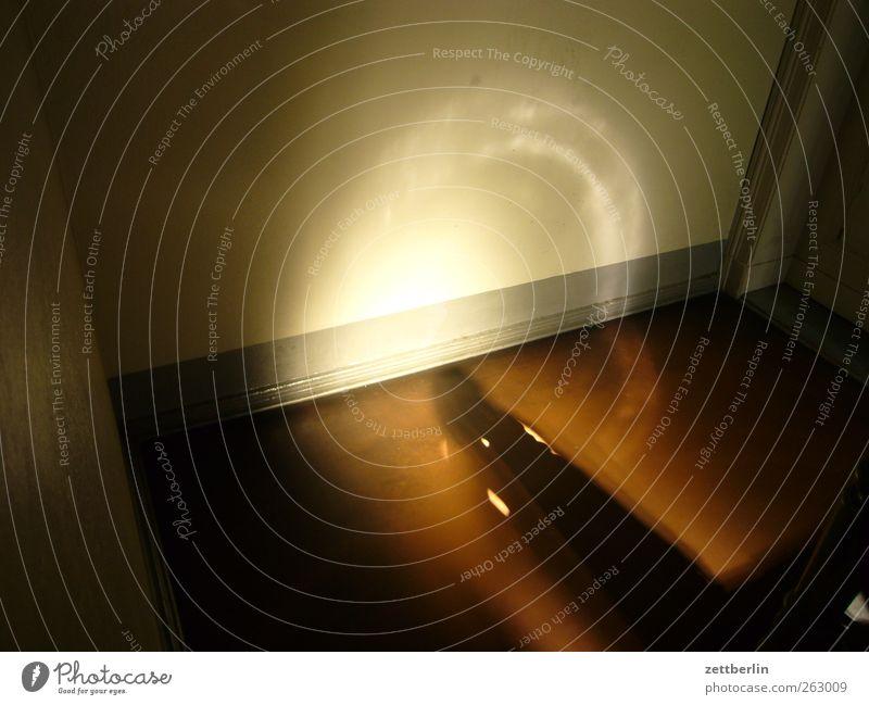 Sonne im Treppenhaus Stadt Bauwerk Gebäude Architektur Mauer Wand gut Treppenabsatz Licht Altbau Farbfoto Innenaufnahme Detailaufnahme Menschenleer