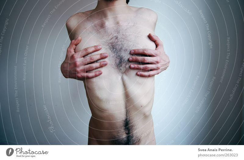 skurrilität. maskulin Junger Mann Jugendliche Körper Haut Brust Hand Bauch 1 Mensch 18-30 Jahre Erwachsene Mauer Wand festhalten außergewöhnlich gruselig dünn