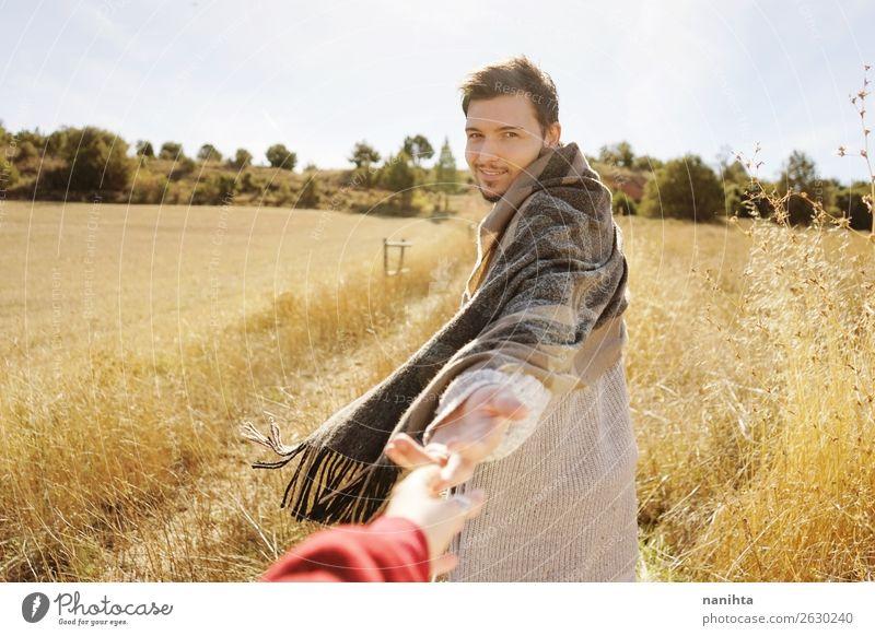 Ein Mann hält die Hand seines Paares auf einem Feld. Lifestyle elegant Stil Freude Wellness harmonisch Mensch maskulin Junger Mann Jugendliche Erwachsene