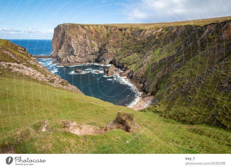 Meeresbucht des Atlantiks, umgeben von Steilküste, Gras Wolken Tag Landschaft Wasser Sommer Einsamkeit blau Küste Schönes Wetter Tourismus Abenteuer